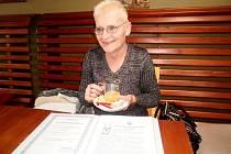 VÍTĚZKA nad rakovinou, paní Hana Zajícová, je dnes optimistická žena vyzařující pozitivní energii, o kterou se nebojí podělit. Ani o své přírodní produkty.