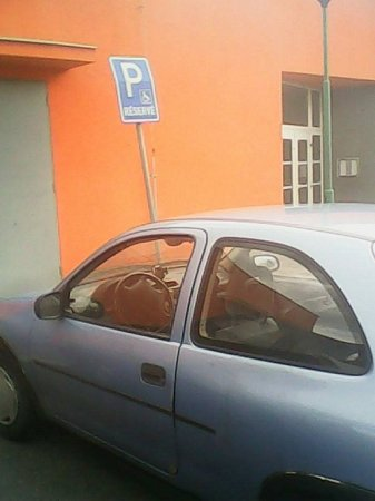 Auto Lukáše Kohouta na vyhrazeném parkovišti invalidy.