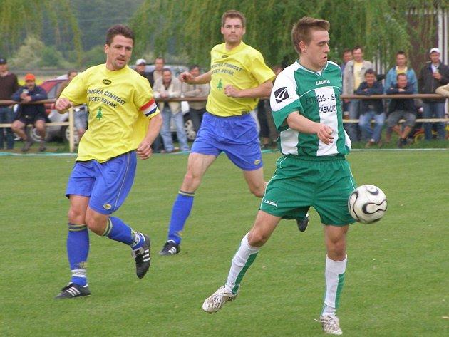 Obránce Marek Soukup (vlevo) zvažuje, zda bude ještě v hráčské kariéře pokračovat. Jako asistent trenéra v Sokolči skončil.  Spolu s Václavem Nechvílem dovedli tým na nejvyšší příčku.