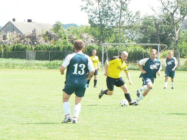 Hráči místní rezervy (ve světlém) prohráli oba zápasy a skončili poslední.