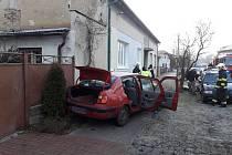 Osobní automobil narazil v obci Straky do domu.