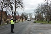 Kontrola kamionů při průjezdu Kostelní Lhotou.