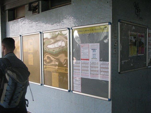 Na hlavním nádraží v Nymburce informuje o výluce tabule