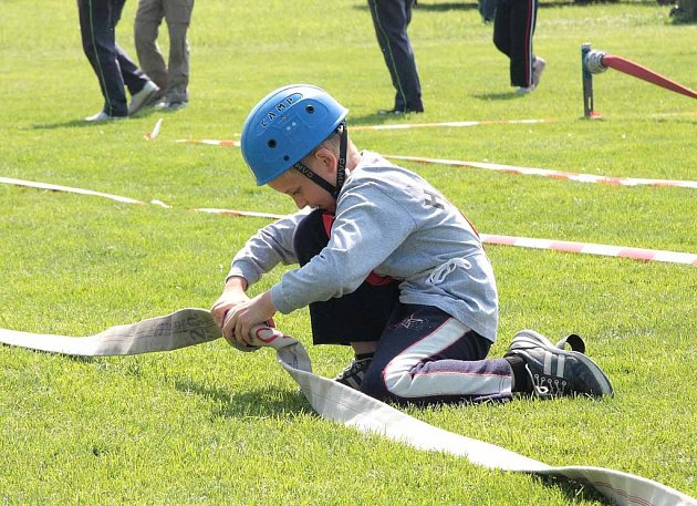 Mladí hasiči soutěžili ve Mcelích
