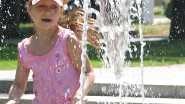 Tropické horko v lázeňském parku v podání dětí.