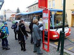 Zadarmo mohou lidé jezdit od zastávky u divadla (na snímku) na Zálabí a zpět.