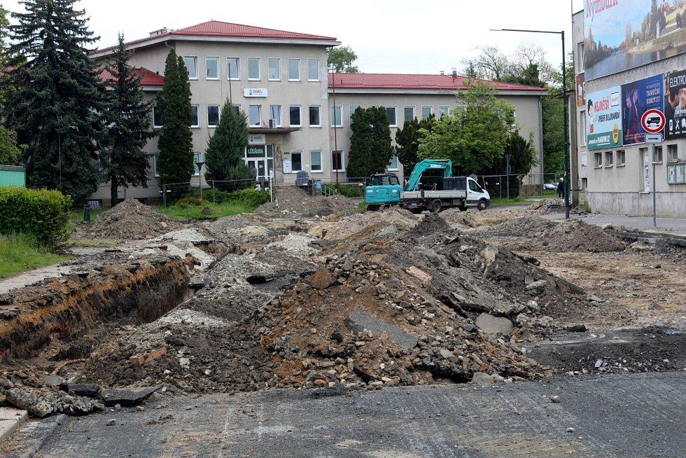 Práce na stavbě druhého kruhového objezdu už 10 dnů stojí.