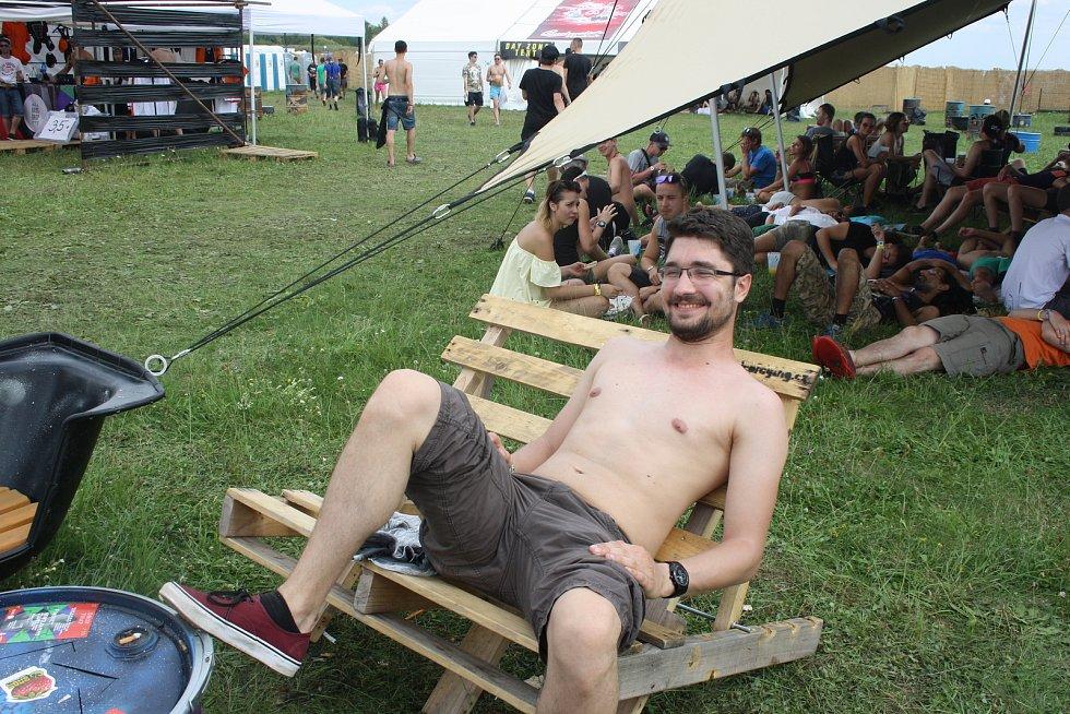 Na milovickém letiště se letos se konal již 10. ročník největšího drum and bassového festivalu na světě Let It Roll.