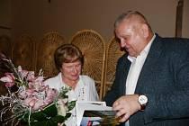 Pro odcházející starostku Mcel Janu Hejlovou připravili občané překvapení s poděkováním.