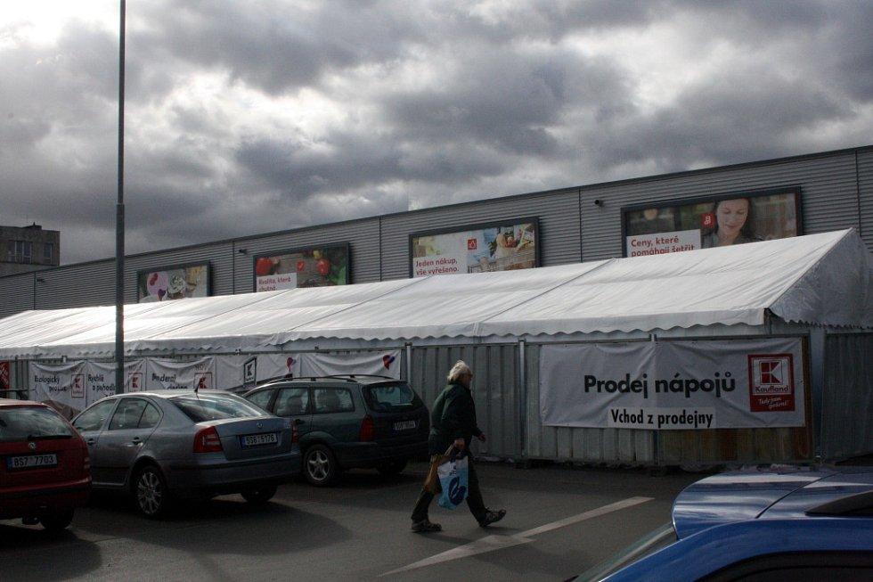 V Kauflandu uzavřeli z bezpečnostních důvodů prodej nápojů, střecha stanu se nebezpečně prohýbala