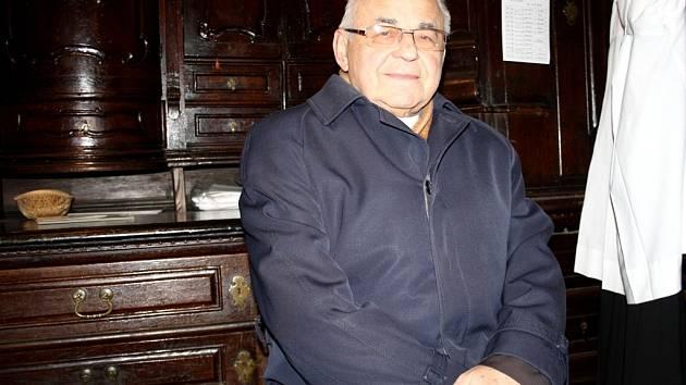 Miloslav kardinál Vlk v poděbradském kostele Povýšení sv. Kříže.