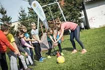 Beachvolejbalistka Kristýna Hoidarová Kolocová trénovala děti v ZŠ Hořátev.