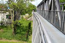Místo na železničním mostě, kde se bude opravovat zábradlí.