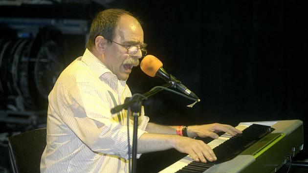 Mezi rockovými skupinami elegantně exceloval písničkář Jaroslav Uhlíř.
