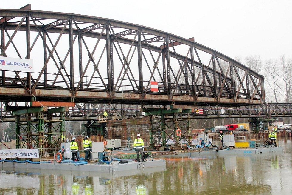 Katamarán najel pod mostní díl a zespoda jej zvedl. Jištěn šesti lany pak plul i s mostem několik metrů proti proudu.
