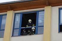 Hasiči museli vyklízet učebnu v čelákovické škole, ve které ve čtvrtek brzy ráno spadl strop.