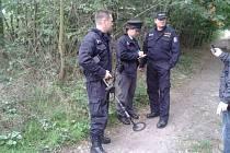 Policisté při ohledání místa činu u Sadské