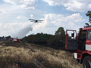 Dokonce i hasicí letadlo si přizvali na pomoc hasiči, kteří ve čtvrtek odpoledne likvidovali rozsáhlý požár pole a stromů u Mratína na Praze-východ.