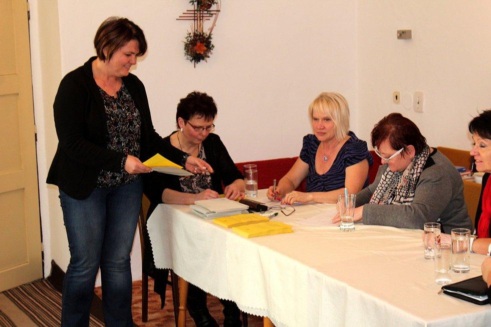 V místě, kde v prvním kole vyhrál přesvědčivě Jiří Drahoš, zasedla výlučně dámská volební komise.