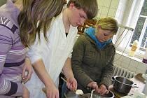 Studenti Michal a Honza návštěvníkům školy předvedli výrobu sýrů.