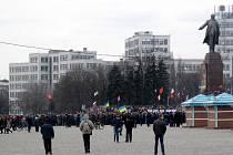 NA SNÍMKU jsou zástupci z proruské opozice. Je to foceno den po tom, co proruští aktivisté vyhnali od památníku ty proevropské, kteří  chtěli sochu svrhnout. Oni tu sochu bránili.