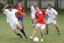 Poslední zápas Kevin Cupu musel diváky bavit. Dohromady totiž padlo třináct gólů. Vítězem se stal stejně jako vloni tým Voslovů (ve světlém).