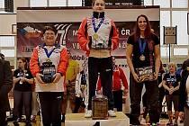 Medailistky. V absolutním pořadí bez rozdílu váhy byla v Jihlavě první nymburská Michaela Drabálková (uprostřed), třetí skončila její oddílová kolegyně Hana Takáčová (vlevo)
