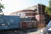 DOSTAVBA výrobního bloku bude sloužit k balení a uskladnění skla. Dokončena má být do poloviny roku 2013.