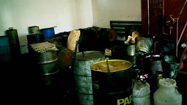 Nádoby uvnitř olejárny v Drahu