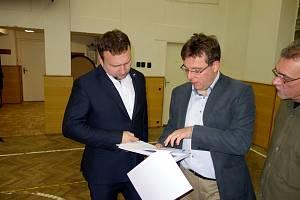 V litolské tělocvičně si poslanec Marian Jurečka prohlížel plány na její přestavbu.