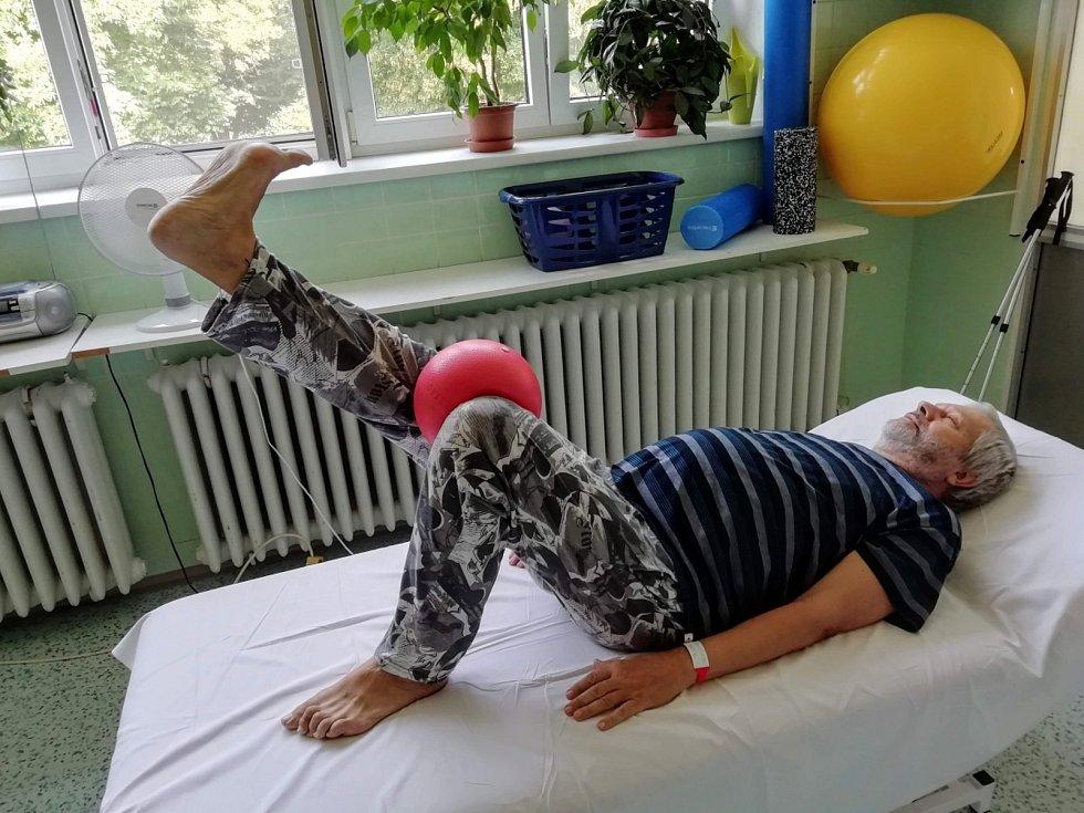 Jaroslav Hruška při rehabilitaci v městecké nemocnici.