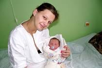 NA LUCINKU ČEKÁ CHLUPATÝ KAMARÁD. Lucinka Novotná je doma v Hradištku, kam ji maminka Lucie a tatínek  Petr přivezou za chlupatým kamarádem, pejskem Čiko. Je prvním miminkem, které bylo překvapením 15. října ve 2:12 hodin s váhou 3 760 g a mírou 48 cm.