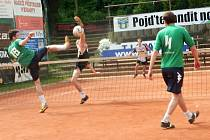 VÍTĚZSTVÍ. Extraligoví nohejbalisté Spartaku Čelákovice dokázali zvítězit v dalším kole soutěže na kurtech Žatce