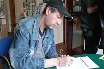 Pavel Krajčo z Nymburka podepsal petici proti šmejdům v době naší návštěvy Turistického informačního centra
