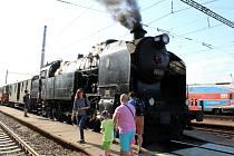 Parní vlak s výletníky zamířil do Loděnice, místa natáčení Ostře sledovaných vlaků.