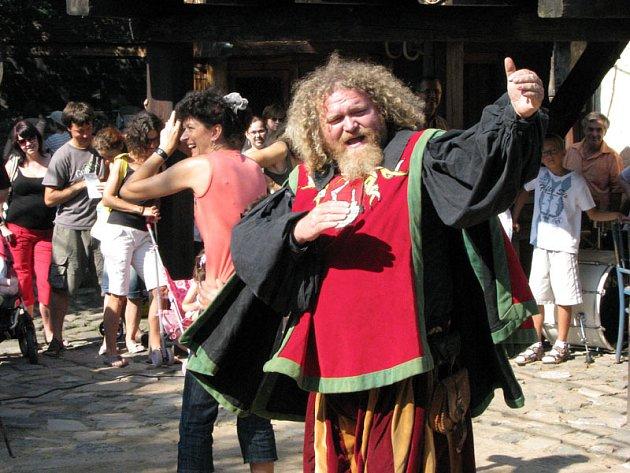 Historická vesnička v Ostré u Lywsé nad Labem ožila o víkendu hody, tancem, šermíři a pohádkou.
