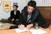 Nová posila basketbalového Nymburka Řek Giorgios Tsiaras při pospisu smlouvy v kanceláři klubu