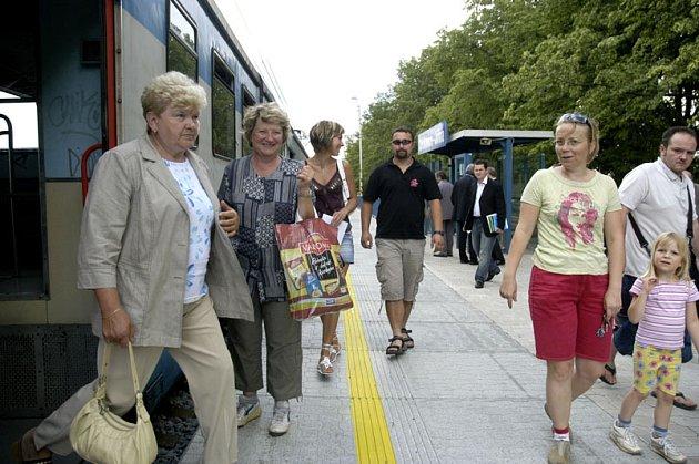 V nové zastávce Čelákovice – Jiřina denně nastoupí a vystoupí na tisíc cestujících.