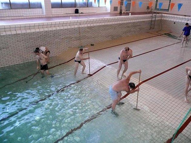 Trenéři a rodiče dětí, kteří závodí za Lokomotivu, v pátek čistili bazén.
