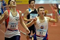 MISTR REPUBLIKY. Ondřej Hodboď (vlevo) vyhrál na trati 1500 metrů a stal se republikovým šampionem v hale.