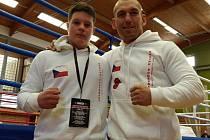 BRONZ. Mladý poděbradský boxer Daniel Trikal vybojoval na republikovém šampionátu v Jičíně třetí místo.  Spokojený byl s výsledkem i jeho trenér Daniel Vencl (vpravo)