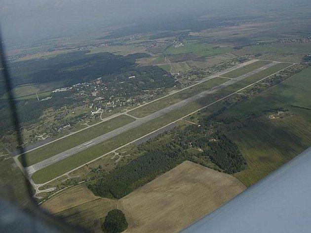 Letecký pohled na milovické letiště a okolí.
