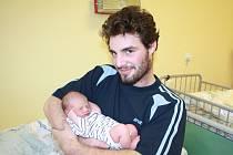 ERIK VÁŽIL PŘESNĚ TŘI KILA. Erik Čermák se narodil 11. prosince 2013 ve 22.06 hodin. Vážil tři kilogramy, měřil 47 cm. Doma je s maminkou Irenou, tátou Pavlem a sestrami Anastázií a Andreou v Milovicích.