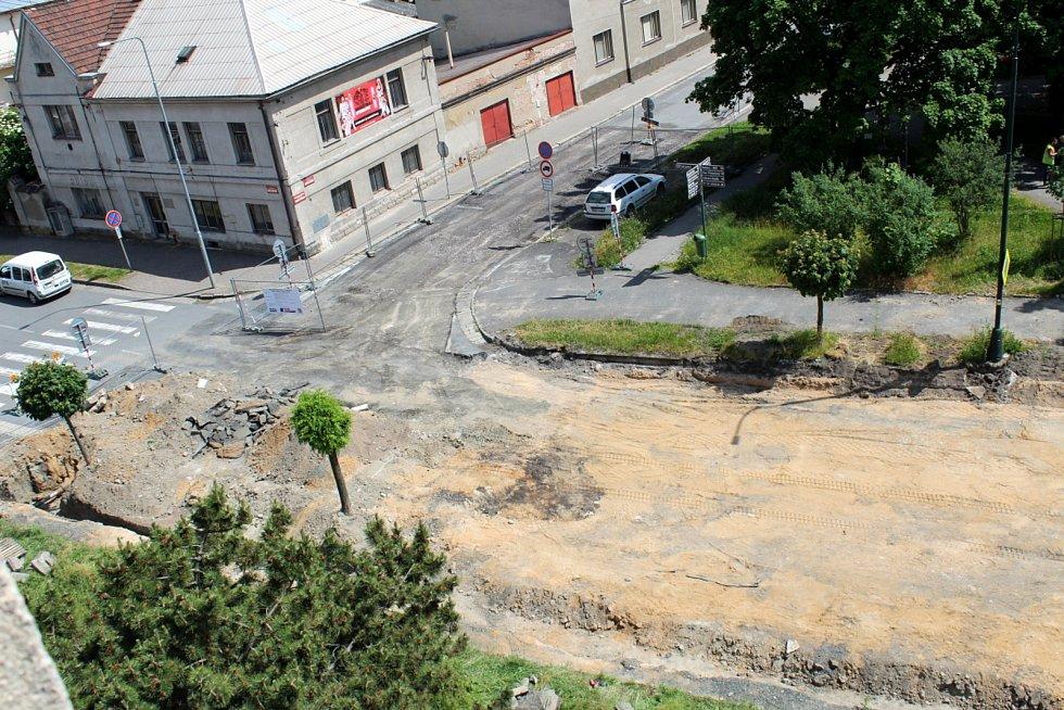Stavba kruháku pohledem ze čtvrtého patra budovy policejního ředitelství.