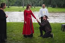 Z romantické balady O krásné paní a lněné kytli na poděbradském ostrově.