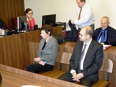 Vlevo účetní Vanda Špačková, vpravo starosta Radovan Staněk u soudu.