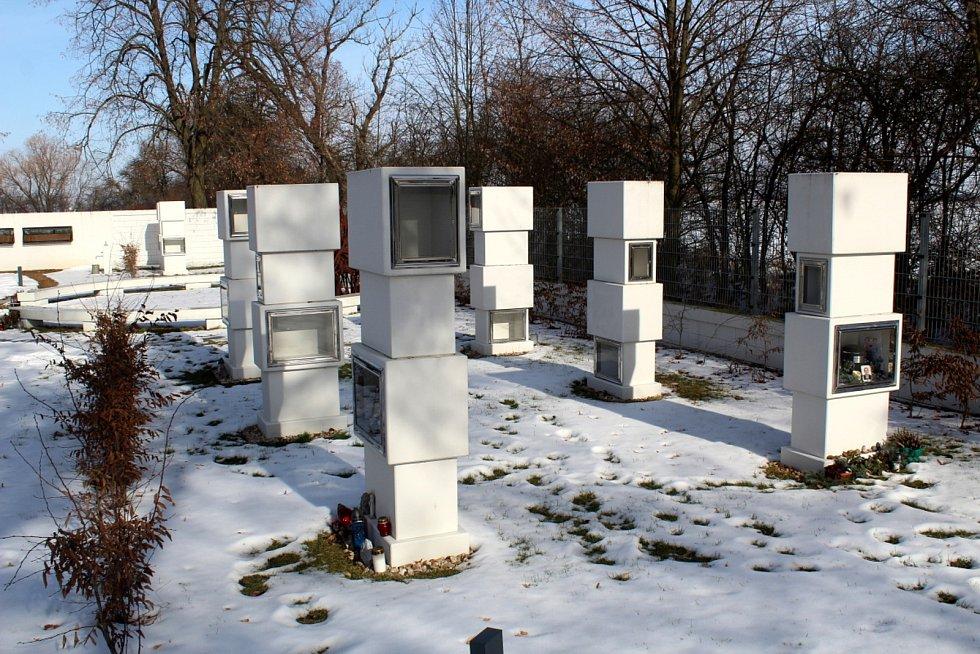 Hřbitov s netradičními prvky.