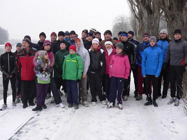 Účastníci silvestrovského běhu pořádaného kanoisty Lokomotivy Nymburk na startu