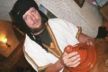 Karel Růžek v berberském s nádobou na tažin.