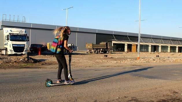 Kolem nového obchodního centra v Poděbradech na Žižkově se finišuje s pracemi, na čas to uzavřelo i část silnice.